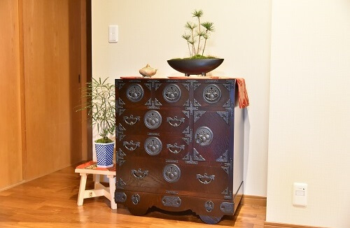 Japanese Iwayado Clothing Chest, installed example in Japanese room