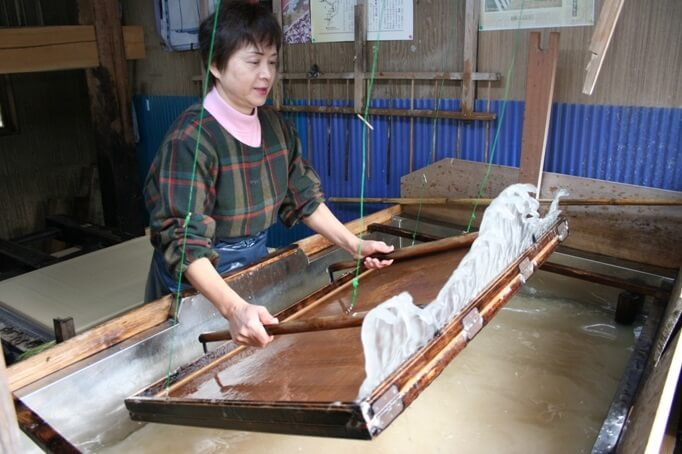 "Mino Washi Japanese paper, a Japanese traditional craft, making process ""Suki"""