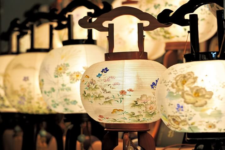 Gifu lanterns, a Japanese traditional craft, product using images