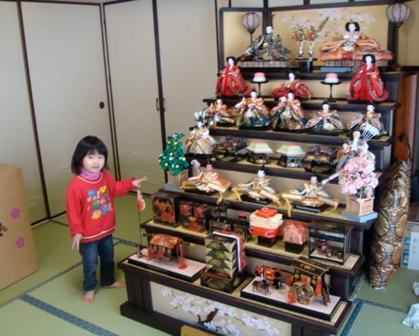 Hina dolls made in Suruga, a traditional Japanese craft, gorgeous Hina dolls set installed in a living room