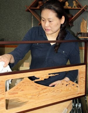 Osaka Ranma: Wood Carved Openwork Panel, a crafts woman