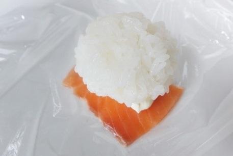 Easy recipe for Temari Sushi, making process of merging salmon and Sushi ball