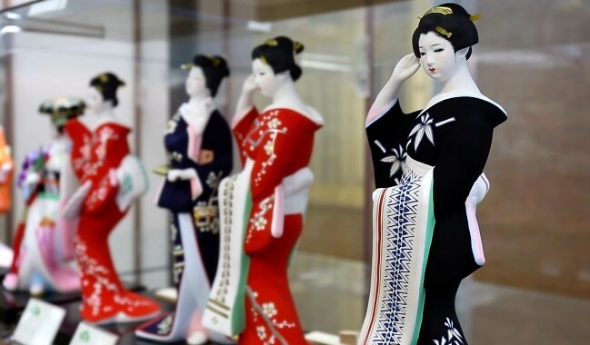 Hakata dolls, a Japanese doll craft, beautiful woman dolls in shop