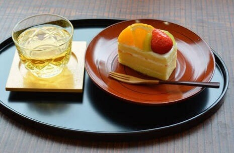 cake served with Japanese lacquerware